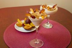 Jogurtu deser z śliwkami i banatka płatkami Zdrowy deser z Zdjęcia Stock