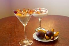 Jogurtu deser z śliwkami i banatka płatkami Zdrowy deser z Fotografia Royalty Free