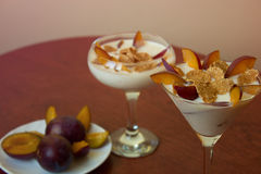 Jogurtu deser z śliwkami i banatka płatkami Zdrowy deser z Obraz Royalty Free