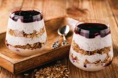 Jogurtu deser z chia ziarnami, muesli i czarny rodzynek, przyskrzyniamy Obraz Stock