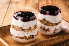 Jogurtu deser z chia ziarnami, muesli i czarny rodzynek, przyskrzyniamy Zdjęcie Stock