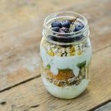 Jogurtu owsa granola z czarnymi jagodami, pomarańcze, kiwi i wiśnią, wewnątrz fotografia stock