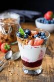 Jogurtu parfait z czarnymi jagodami i truskawkami Obrazy Royalty Free