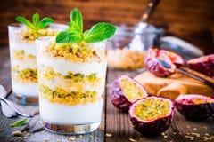 Jogurtu parfait z granola, brzoskwinia kumberlandem i pasyjną owoc z mennicą, Fotografia Royalty Free