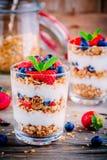 Jogurtu parfait z granola, truskawkami i czarnymi jagodami, zdjęcia stock