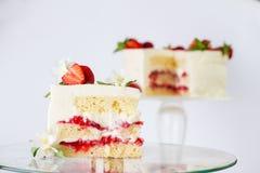 Jogurtu tort z truskawkami zdjęcia stock
