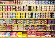 Jogurtu wybór w supermarkecie obrazy stock