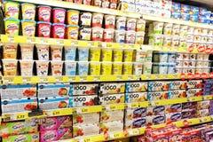 Jogurtu wybór w supermarkecie fotografia royalty free