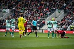 Johan Mjallby verschmutzt Nicky Butt für eine Strafe während des Liam Miller Tribute-Matches stockfoto