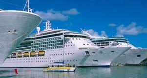 Johannes, Antigua und Barbuda - 7. Februar 2013: Kreuzschiff-Helligkeit des Meerköniglichen karibischen International im Hafen Lizenzfreie Stockbilder