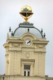 Johannes Kepler-Statue auf Wien-Fassade mit Gold-globus auf stockbilder