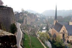 Johannes-Kirche- und Stadtwand in der Luxemburg-Stadt Stockbild