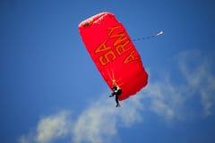 JOHANNESBURG, AFRIQUE DU SUD - avril 2017 - parachute sud-africain d'armée de force de défense photographie stock libre de droits