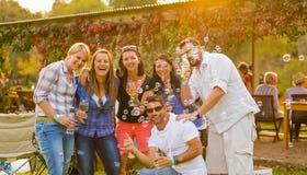 Johannesburg, Afrique du Sud, 05/09/2015, groupe de pose d'amis Image stock
