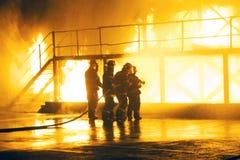 JOHANNESBURG, AFRIQUE DU SUD - mai 2018 groupe des sapeurs-pompiers pendant l'exerc de combat de formation photos stock