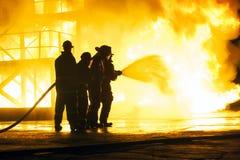 JOHANNESBURG, AFRIQUE DU SUD - mai 2018 sapeurs-pompiers pulvérisant l'eau au feu pendant un exercice d'entraînement de lutte con photo stock