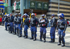 Los oficiales de policía surafricanos colocan al guardia Imagenes de archivo