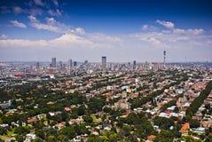 Johannesburg del este con CBD en fondo Imagen de archivo libre de regalías