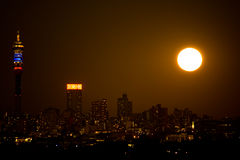 Johannesburg-Nacht-supermoon Stockbild