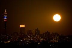 Johannesburg nattsupermoon fotografering för bildbyråer
