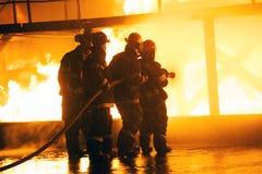 JOHANNESBURG POŁUDNIOWA AFRYKA, MAJ, -, 2018 zbliżenie strażacy walczy ogienia podczas pożarniczego ćwiczenia szkoleniowego zdjęcia royalty free