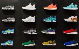 Johannesburg, Südafrika - 12. September 2016: Bunte Nike-Schuheausstellung auf schwarzem Regal im Speicher von Johannesburg, Süd Stockfotos