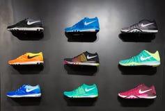 Johannesburg, Südafrika - 12. September 2016: Bunte Nike-Schuheausstellung auf schwarzem Regal im Speicher von Johannesburg, Süd Lizenzfreies Stockfoto