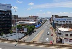 Johannesburg Sydafrika - 13 December 2008: väg med rörelserna Arkivfoton