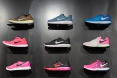Johannesburg, Zuid-Afrika - September 12, 2016: De kleurrijke tentoonstelling van Nike footwears op zwarte plank in opslag van Jo Stock Afbeelding