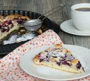 Kuchen mit schwarzen Johannisbeeren und Kirschen Stockbilder