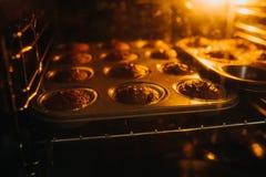 Johannisbrotbaummuffins in einem Ofen Lizenzfreie Stockfotos