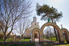 John ο απόστολος, η ρωσική Ορθόδοξη Εκκλησία σε Kynashiv, Ουκρανία, ναός και είσοδος στα δέντρα νεκροταφείων, κάστανων και πεύκων στοκ εικόνες