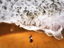 John Blund på stranden fotografering för bildbyråer