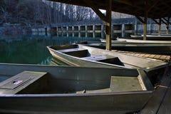 John boten bij een meer tijdens de winter worden gedokt die royalty-vrije stock afbeelding