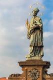 John de Nepomuk em Charles Bridge em Praga, República Checa Fotografia de Stock Royalty Free
