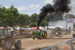 John Deere 6030 het trekken van de Tractor Stock Afbeeldingen