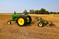 Free John Deere A Tractor And Two Bottom Plow Stock Photography - 108536222