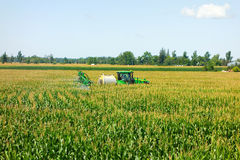 John deere bebouwt spuitbus het uitspreiden insecticide bij een landbouwbedrijf in Ontario Stock Foto's