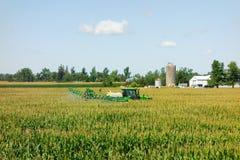 John deere bebouwt spuitbus het uitspreiden insecticide bij een landbouwbedrijf in Ontario Royalty-vrije Stock Foto's