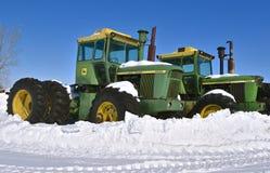 John Deere 7520 ciągników zakrywających z śniegiem obraz royalty free