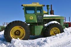 John Deere 7520 ciągników zakrywających z śniegiem fotografia royalty free
