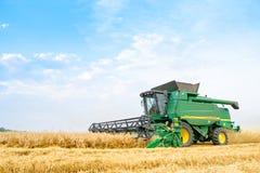 John Deere Combine Harvester Harvesting vete i fältet arkivfoto