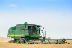 John Deere Combine Harvester Harvesting vete i fältet royaltyfri foto