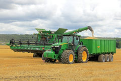 John Deere Combine Unloading Grain arkivbild