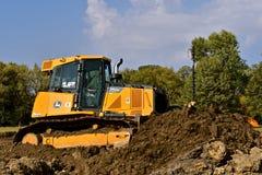 John Deere-de bulldozer duwt aarde Royalty-vrije Stock Foto