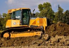 John Deere-de bulldozer duwt aarde Stock Foto