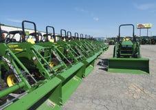 John Deere Dealership lineup av traktorer med hinkar arkivbild
