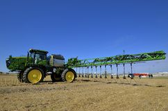 John Deere-demonstratie van een nieuwe gewassenspuitbus royalty-vrije stock afbeelding