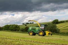 John Deere Furażuje żniwiarza z rzędami trawa obraz stock