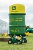 John Deere logo på uppblåsbaroljacanen arkivfoton